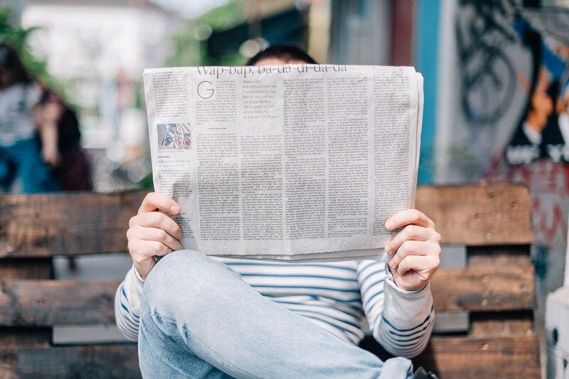 čitanje novina na stranom jeziku